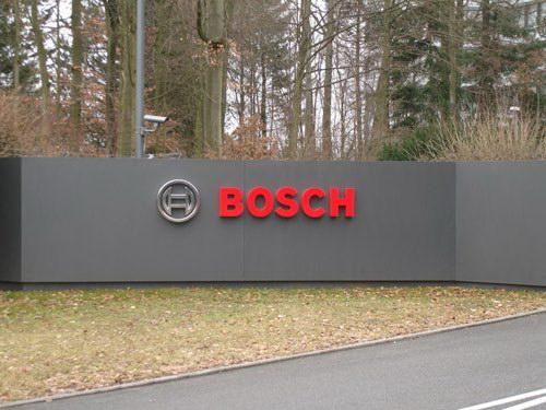 Логотип компании рядом со зданием штаб-квартиры в Герлингене